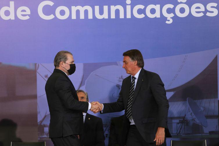 O presidente da República, Jair Bolsonaro, cumprimenta o ministro do STF, Dias Toffoli, durante a entrega do Prêmio Marechal Rondon de Comunicações no Palácio do Planalto (Foto: Fabio Rodrigues-Pozzebom/Agência Brasil)