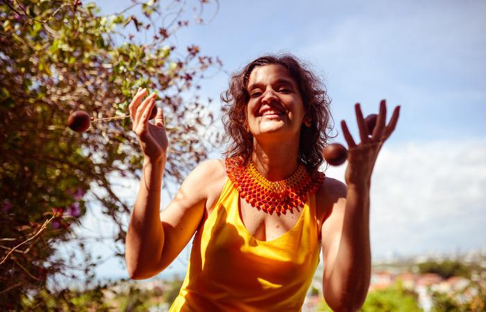 O álbum traz cantigas brasileiras e de países da Àfrica Ocidental, onde a cantora realiza projetos de estudo (Foto: Laís Domigues/Divulgação)