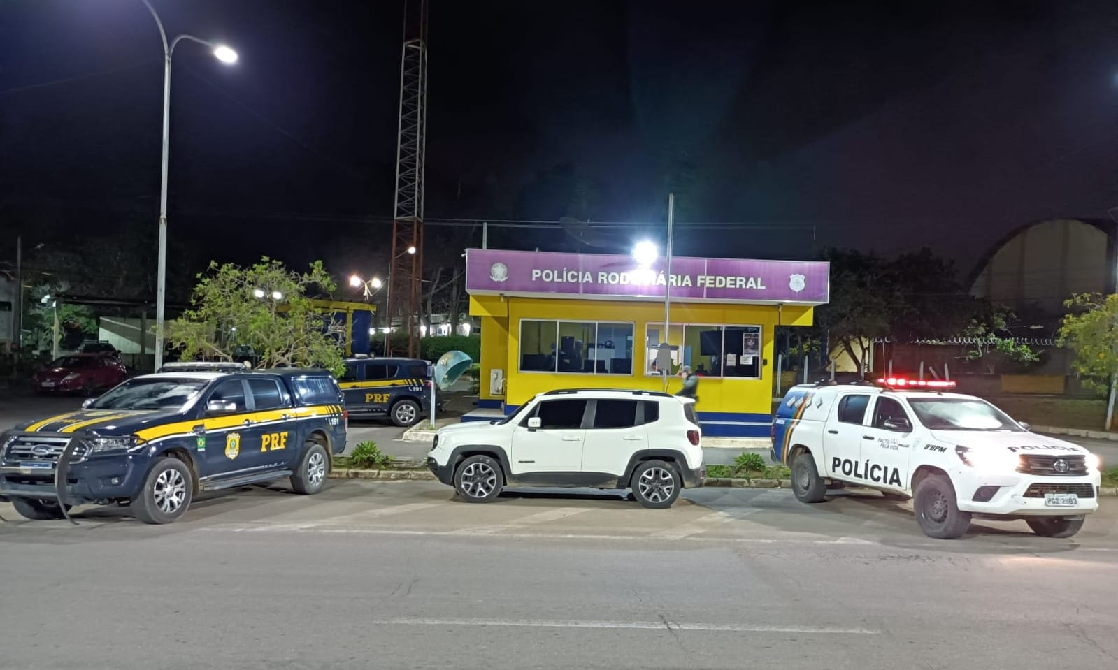 Veículo utilizado pelos homens cruzou ruas da cidade, transitou pela contramão e se envolveu em acidente com viatura. (PRF/Divulgação)