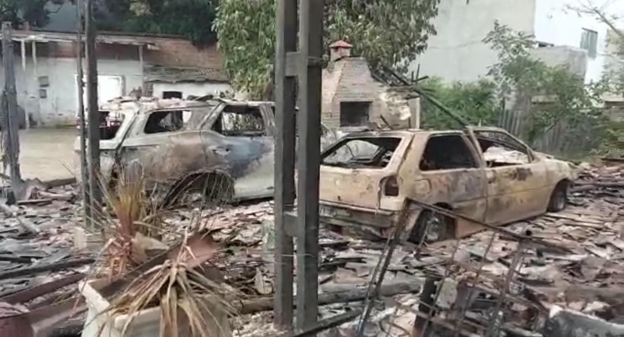 Além da garagem, Uma SW4, um gol e uma moto,  foram totalmente destruídos pelas chamas. (WhatsApp/Reprodução )