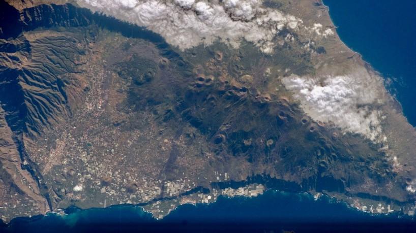 (Vulcão Cumbre Vieja tem gerado abalos sísmicos na ilha de La Palma, no arquipélago das Canárias. Foto: Nasa)