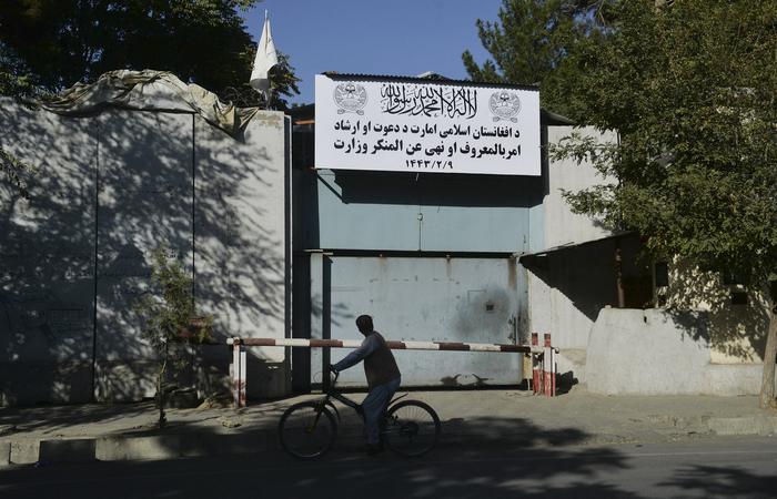 (Na imagem, a antiga sede do ministério dos Assuntos Femininos já com a nova placa. Foto: Hoshang Hashimi/AFP  )
