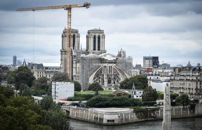 O incêndio, que aconteceu em 2019, colapsou a agulha e o teto da catedral (Foto: Stephane de Sakutin/AFP)
