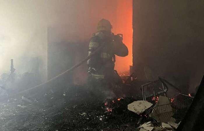 Fogo destruiu dois cômodos do apartamento e pode ter afetado estrutura do prédio (Foto: CBM)