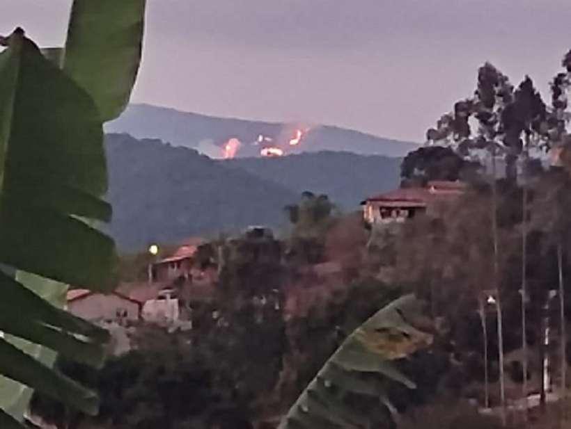 (Fogo está queimando há dois dias e o Corpo De Bombeiros ainda não recebeu chamado da Secretaria de Meio-Ambiente. Foto: Redes sociais)