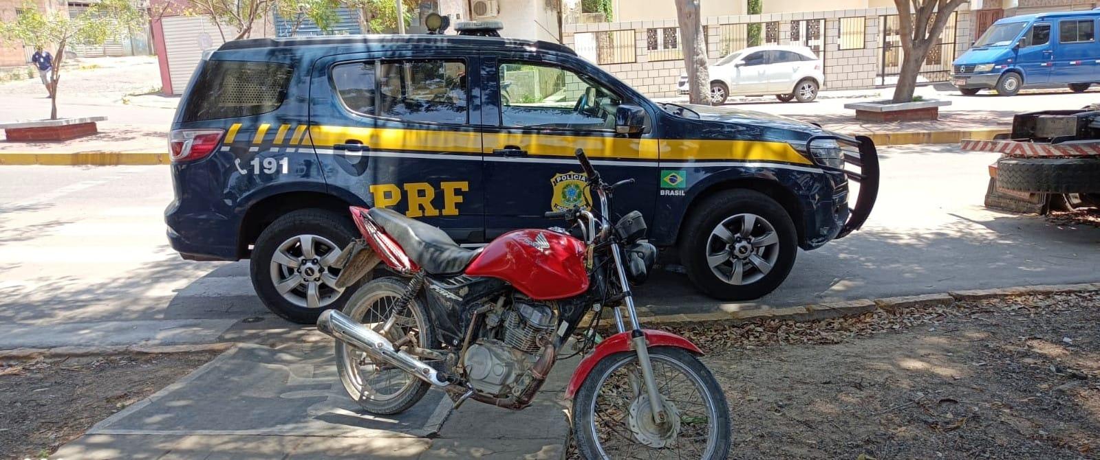 Condutor não portava documentos da moto e achava que veículo era de leilão.  (PRF/Divulgação)