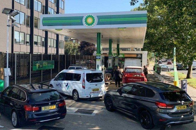 (Diante dos temores pela falta de gasolina, o ministro pediu aos motoristas que 'agissem como de costume' e afirmou que não precisam correr para fazer estoque. Foto: DANIEL LEAL-OLIVAS / AFP)
