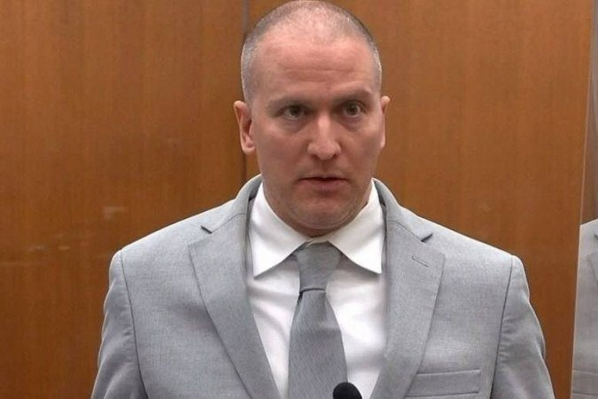 (O advogado de Chauvin alegou que o agente seguiu os procedimentos em vigor na polícia no momento e que a morte de Floyd foi provocada por problemas de saúde. Foto: POOL VIA COURT TV / AFP)