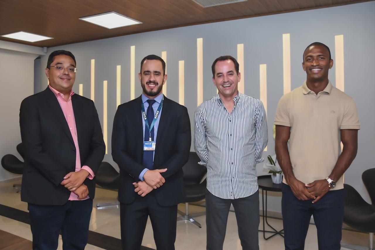 O CEO da Nogueira Corretores, Armando Nogueira, o superintendente executivo de Habitação da Caixa Singular, Marcelo Maia, e os empresários da Due Árbore Vinícius Silveira e Adailton Santos (Foto: Alysso / Divulgação)