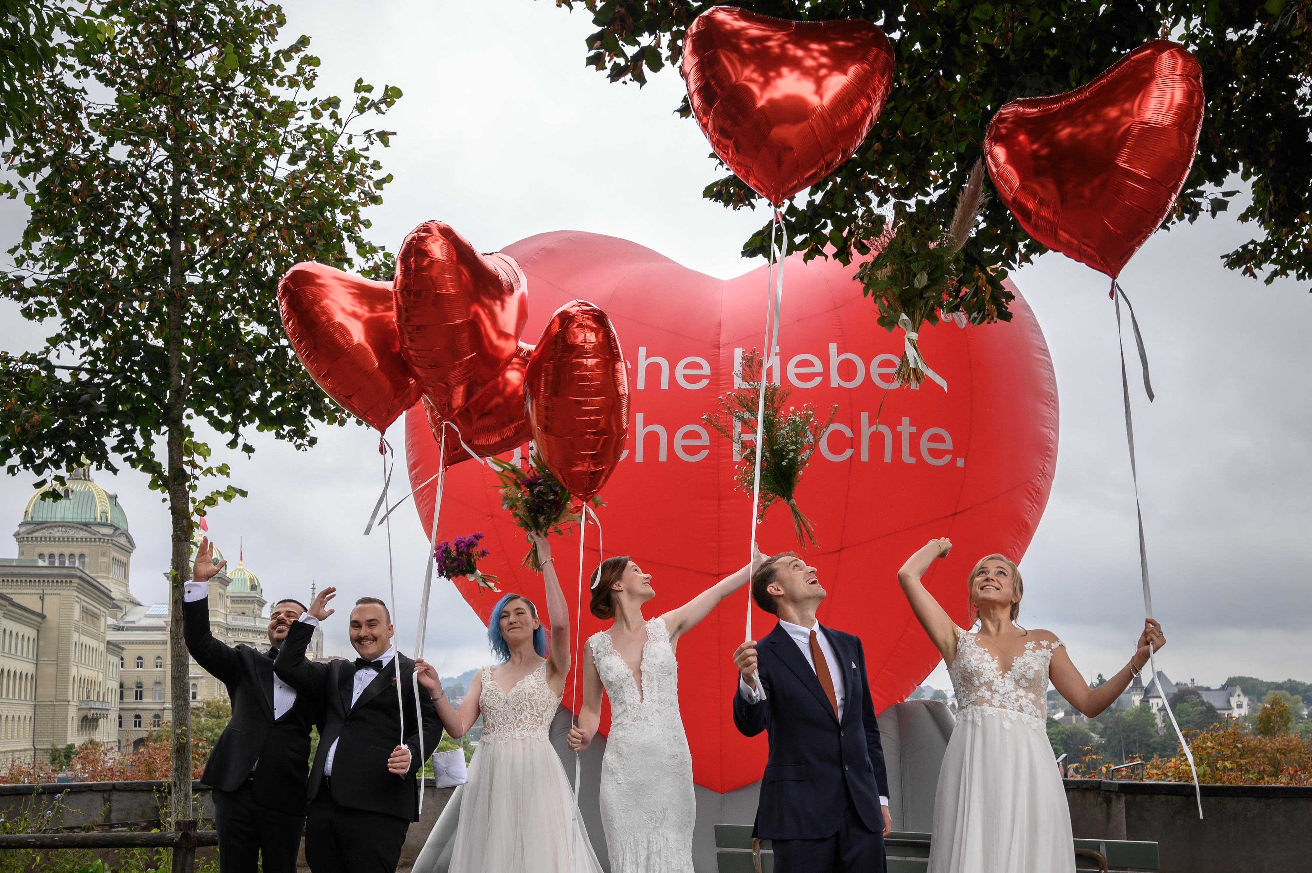 Casais fazem fotos e celebram referendo em Berna, capital da Suíça (Foto: Fabrice COFFRINI/AFP  )