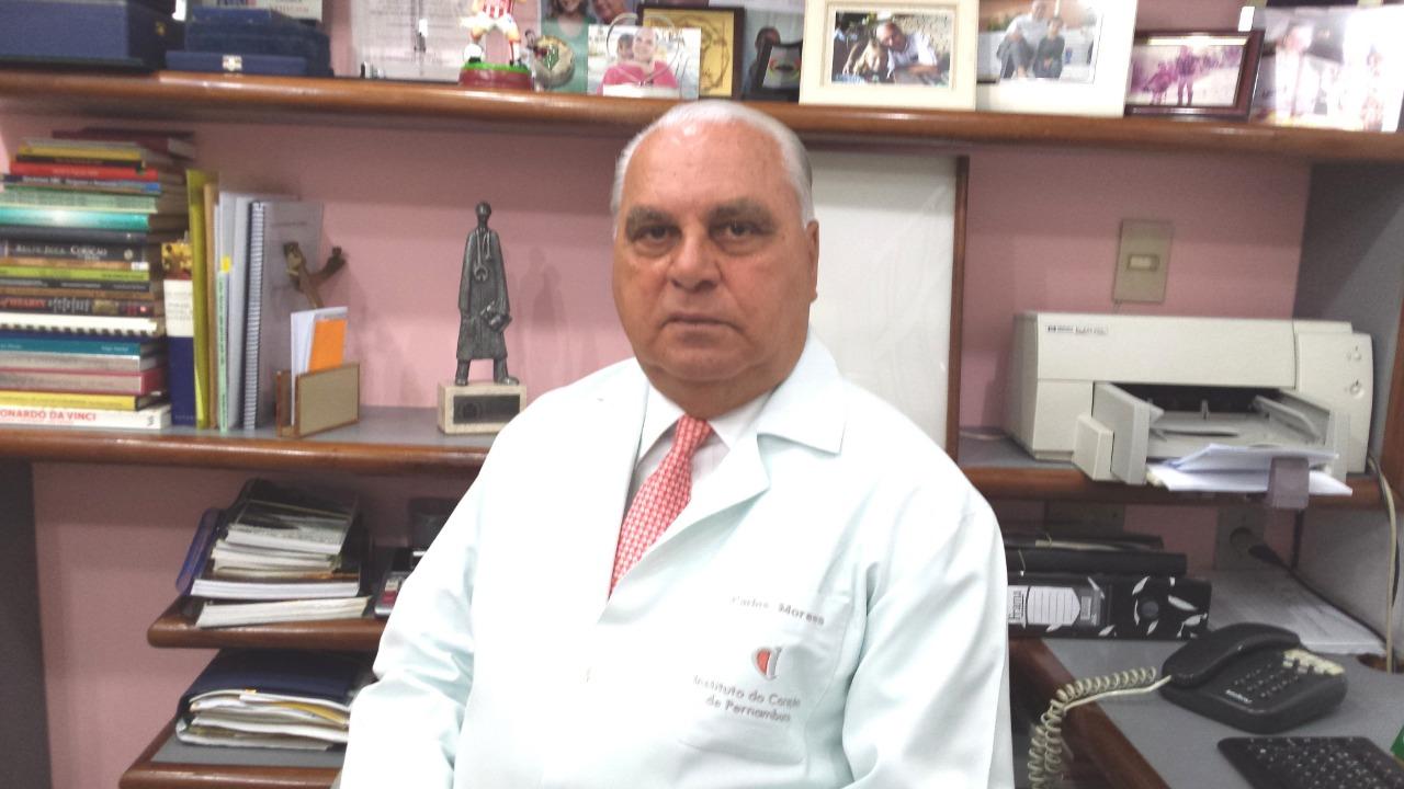 O cirurgião cardíaco Carlos Moraes, que realizou há 30 anos, o primeiro transplante de coração em Pernambuco. (Divulgação)