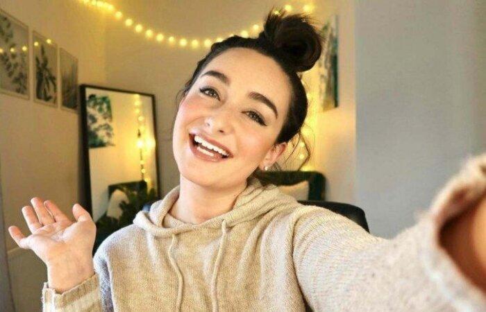 Mia Mackin usa o Youtube e o Instagram para conscientizar outros jovens sobre o acompanhamento da saúde e compartilhar experiências (Foto: Mia Mackin/Instagram/Reprodução)
