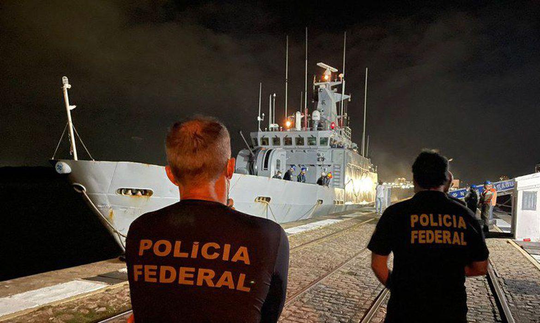 (Embarcação transportava mais de meia tonelada do produto. Foto: Polícia Federal/Divulgação)