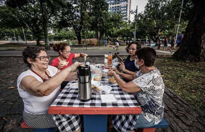 Marta Rodrigues, de 61 anos, comemorando com as amigas ao ar livre  (Foto: Paulo Paiva (@paulopaivafoto)/DP Foto)