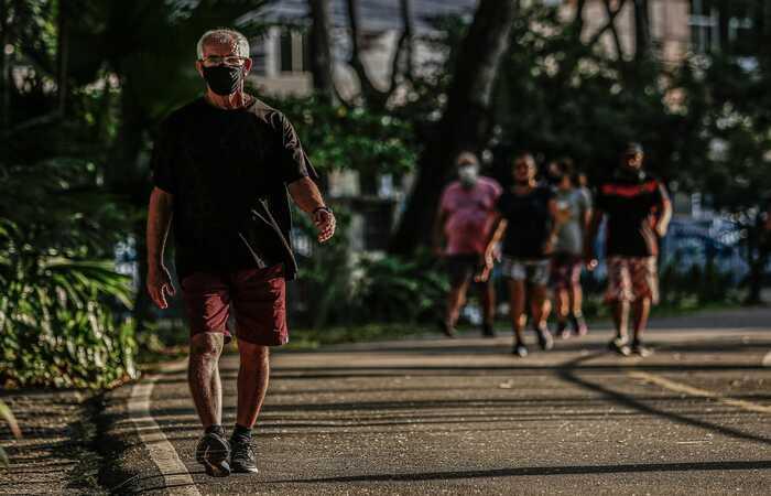 Alcindo Azevedo, de 66 anos, praticando exercício físico na Praça da Jaqueira, Zona Norte do Recife  (Foto: Paulo Paiva (@paulopaivafoto)/DP Foto)