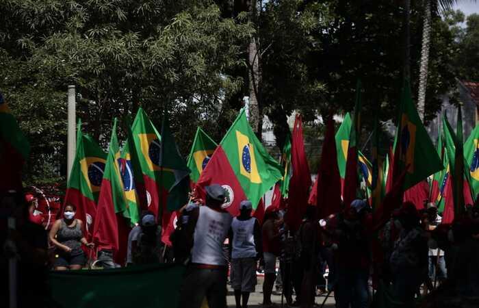 Manifestantes se concentraram na Praça do Derby, às 10h (Arnaldo Sete/DP)