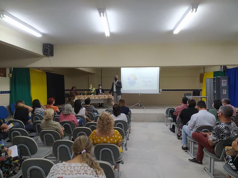 Participaram do encontro o promotor de Justiça de Educação de Olinda, Sérgio Souto; o gerente da Gerência Regional de Educação - Metropolitana Norte (GRE-MN), Saulo Guimarães; gestores escolares da rede estadual de ensino do Município e representantes dos alunos. (Gerência Regional de Educação - Metropolitana Norte (GRE-MN)/Reprodução)