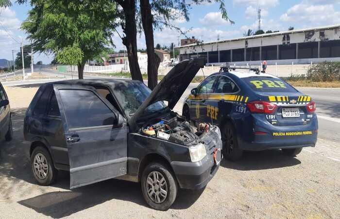 (Homens abandonaram veículo e tentaram fugir a pé, mas foram alcançados. Foto: Polícia Rodoviária Federal)