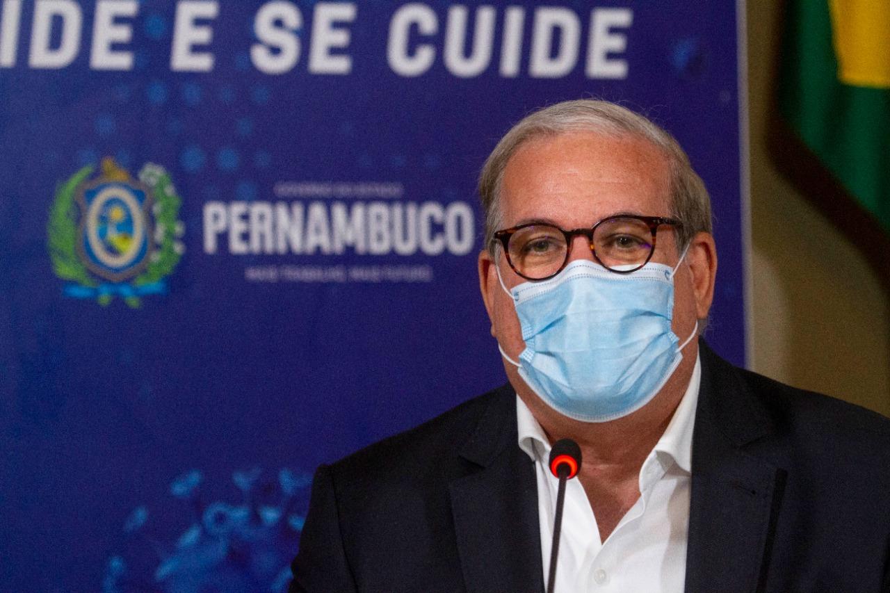 Médico e representante da Sociedade Brasileira de Imunizações, Eduardo Jorge da Fonseca, considera 'precoce e inadequado' o debate de suspensão da máscara.  (Miva Filho/SES-PE)