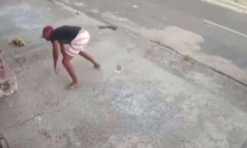(Assaltante desce da moto, tropeça, perde o chinelo e ainda é mordido por um cachorro. Foto: Reprodução)