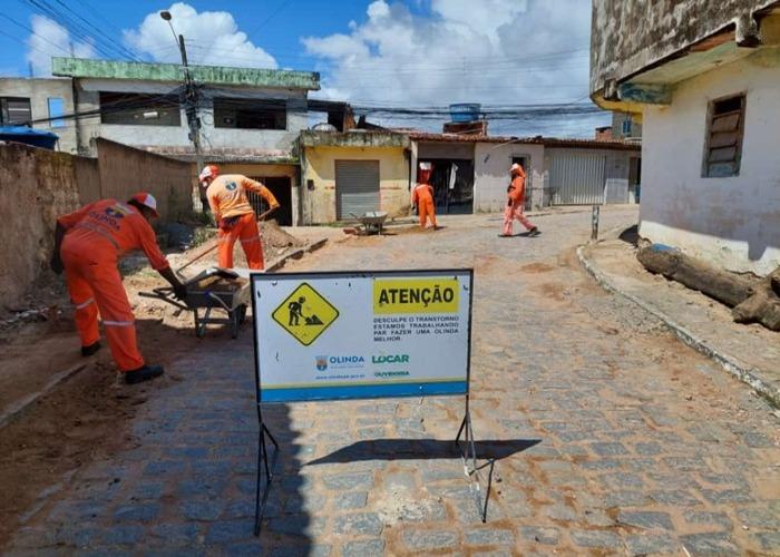 (Trabalho se estendeu pelas principais vias da comunidade, em Ouro Preto, sendo acompanhado pelos moradores. Foto: Secretaria de Comunicação de Olinda)