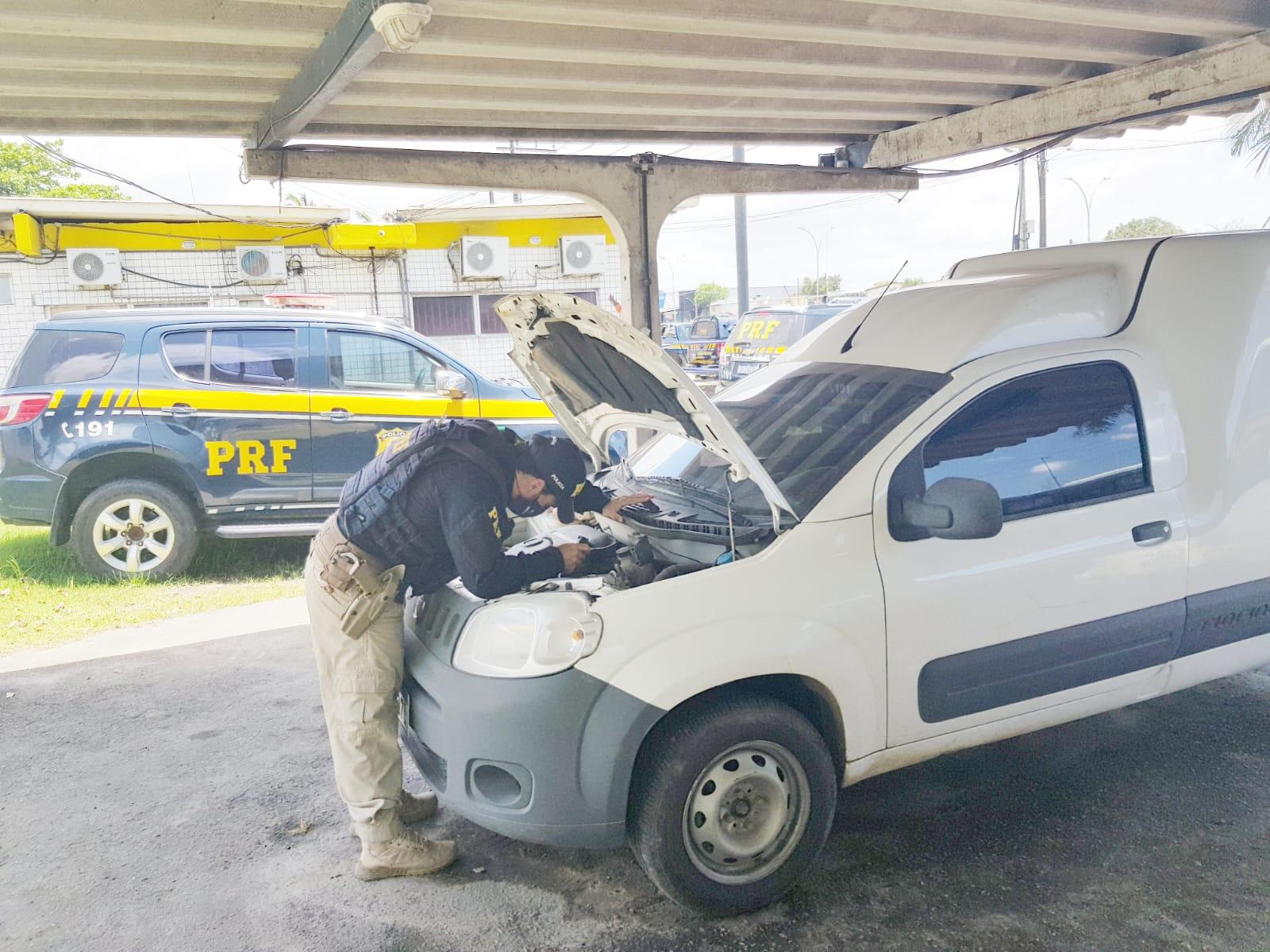 Criminoso abandonou veículo e correu para uma comunidade às margens da rodovia. (PRF/Divulgação)