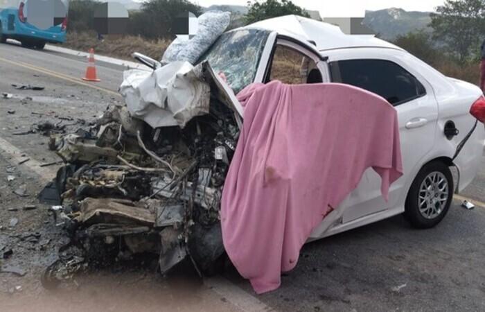 (Colisão entre dois carros na BR-232, em Pesqueira, deixa seis mortos e dois feridos. Foto: PRF/Divulgação)