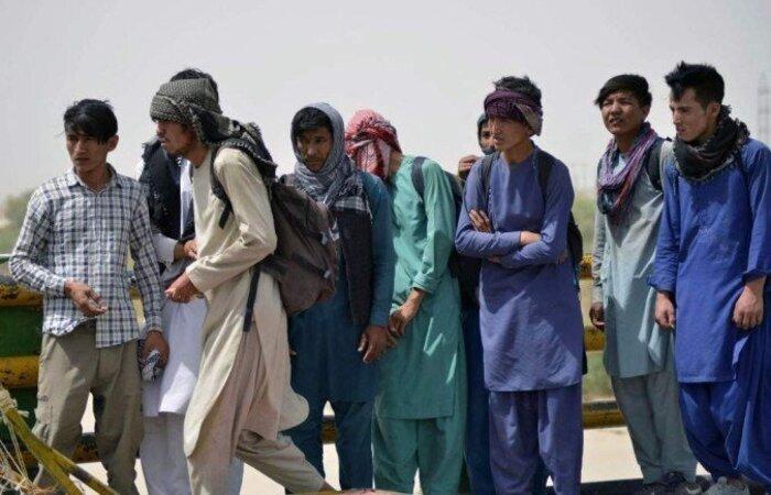 Desde que o Talibã assumiu o poder, o movimento de refugiados sem documentos cresceu consideravelmente (Foto: Javed Tanveer/AFP)