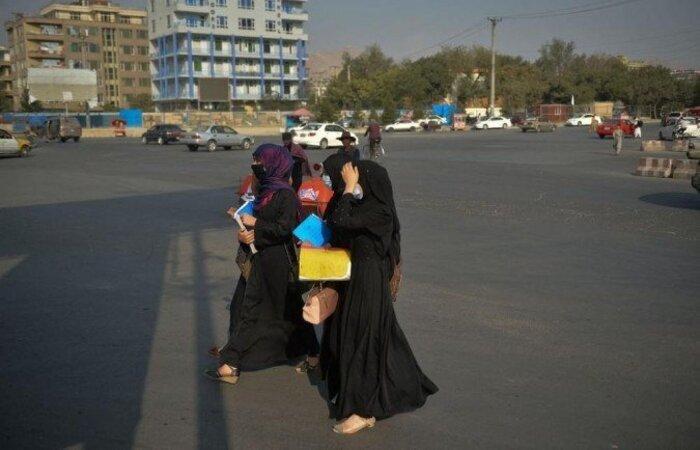 Desde seu retorno ao poder, o Talibã não atacou fisicamente mulheres que estudam ou trabalham em Kandahar, mas o medo continua na memória (Foto: Hoshang Hashimi/AFP)