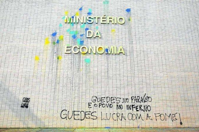 (Dólar acima dos R$ 5, inflação de dois dígitos nos últimos 12 meses e desemprego alto minam o prestígio do ministro da Economia, que terá que ir ao Congresso para explicar as offshores mantidas em paraíso fiscal. Foto: Sergio Lima/AFP)