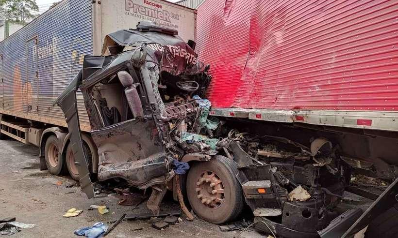 (Segundo os bombeiros, chovia no momento do acidente e uma carreta bateu na traseira da outra. Foto: CBMMG/Divulgação)