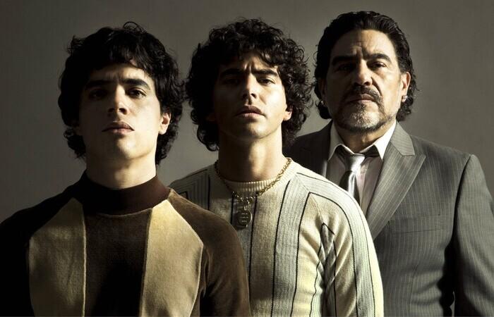 Os atores Nazareno Casero, Juan Palomino e Nicolas Goldschmidt interpretam o jogador em diferentes fases da vida (Foto: Prime Video/Divulgação)