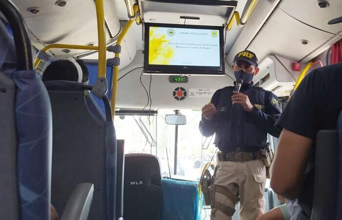 (Cinema Rodoviário é uma das ferramentas utilizadas pelo Getran para conscientizar motoristas e passageiros nas rodovias. Foto: PRF/Divulgação )